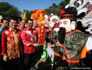 Sabah's Chief Minister, Musa Aman right) and Dr Yee Moh Chai (left).  Lion dances tell a Sabah unity story